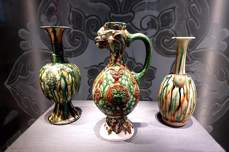 公元650-750年的三彩长颈瓶和凤嘴罐