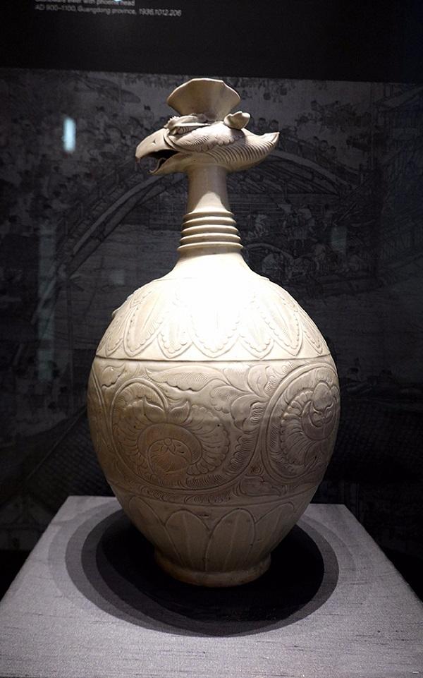 这是公元900-1100年广东制成的凤首水壶
