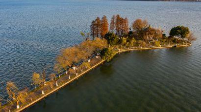 武汉市雪后放晴,东湖景色美丽如画