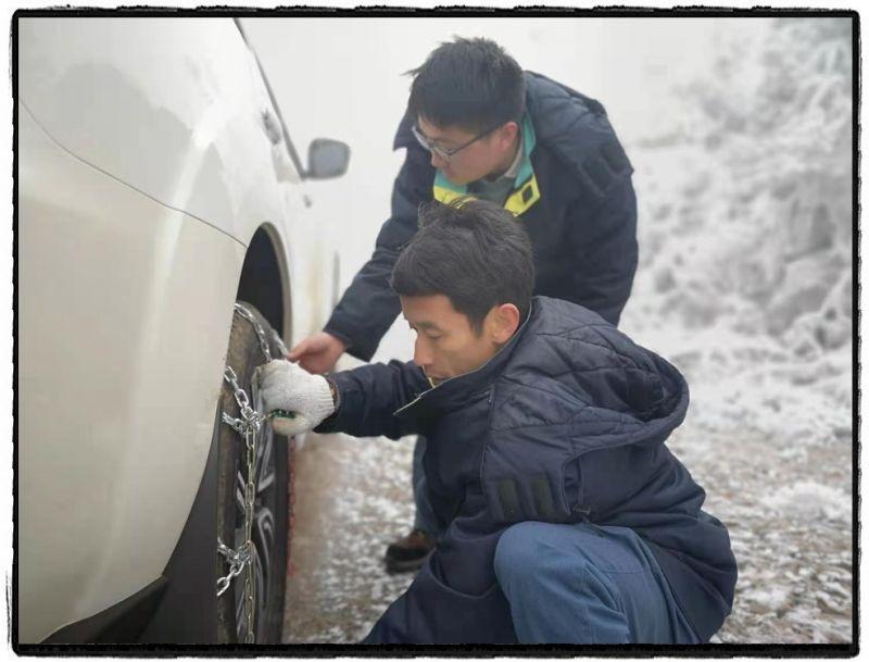 1月9日上午,南方电网云南曲靖供电局输电所工作人员前往500千伏铜昆甲乙线开展观冰工作。多天的凝冻天气,已使山野白了头,山间便道上也形成了凝冻层,观冰小队为车辆挂上防滑链,踏上前往观冰点的道路。  赵宇