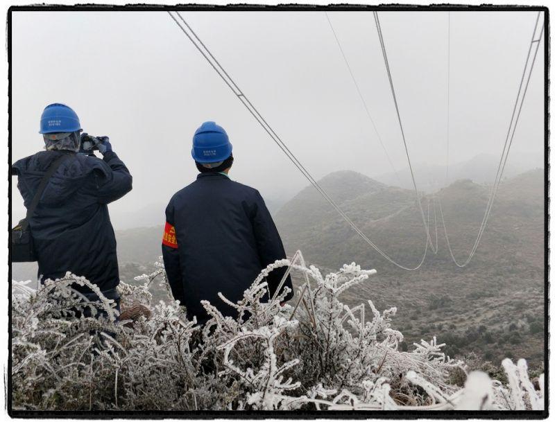 """1月10日,为有效快速应对此次低温凝冻天气造成的影响,曲靖供电局输电管理所多名党员第一时间投入到抗冰保电战斗中。""""跟我往这边走,那边有冰,太滑了……""""他们相互扶持,互相提醒彼此注意安全,简单的话语在空旷冷寂的高山上变得尤为温暖和重要。(赵跃红、刘艳娇)"""