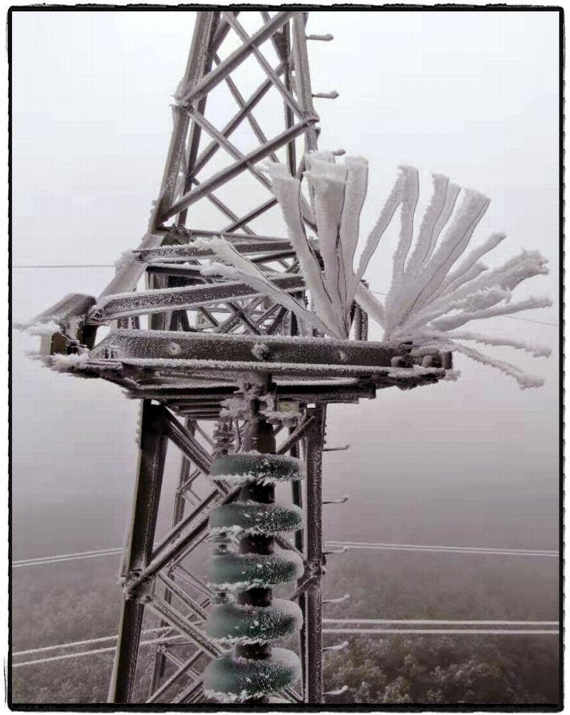 """1月7日,云南省曲靖市迎来""""断崖式""""降温,线路覆冰严重。(李金波)"""