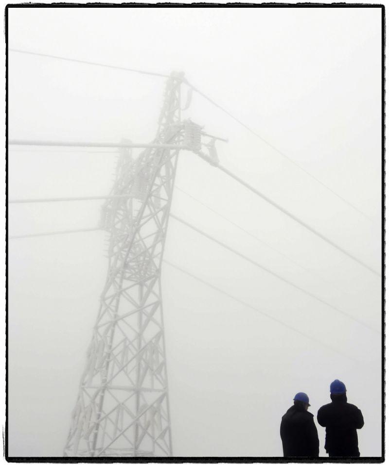 1月8日,云南曲靖运维人员前往110kV光大线N66塔开展覆冰观测。(姜小勇)