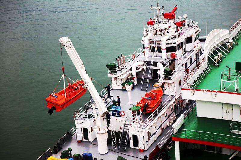 图5:消防码头正在吊装消防艇   唐探峰摄