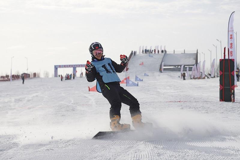 01——1月9日,参赛选手在个人单板滑雪比赛中。