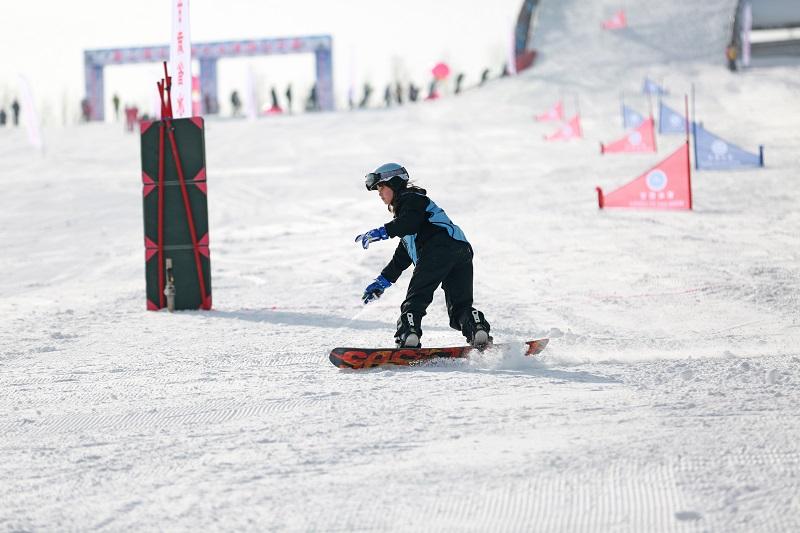 03——1月9日,参赛选手在个人单板滑雪比赛中。