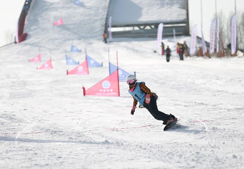 05——1月9日,参赛选手在个人单板滑雪比赛中。