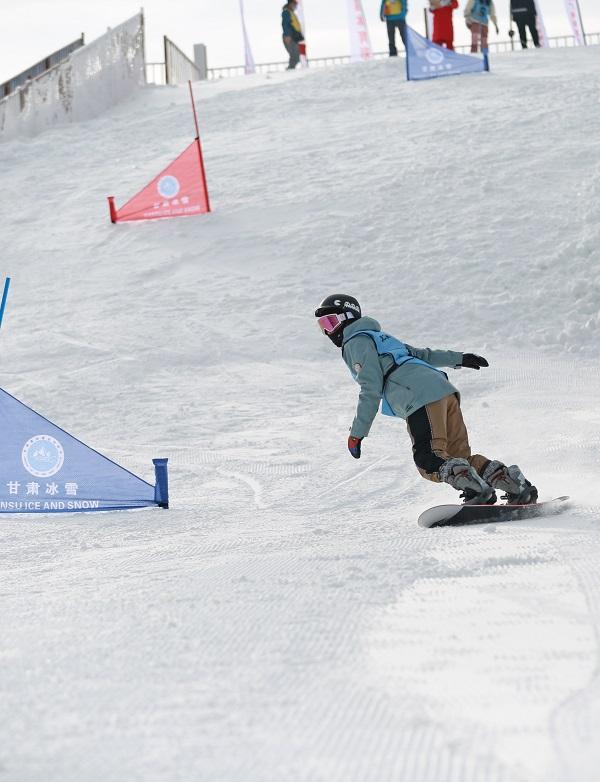 06——1月9日,参赛选手在个人单板滑雪比赛中。
