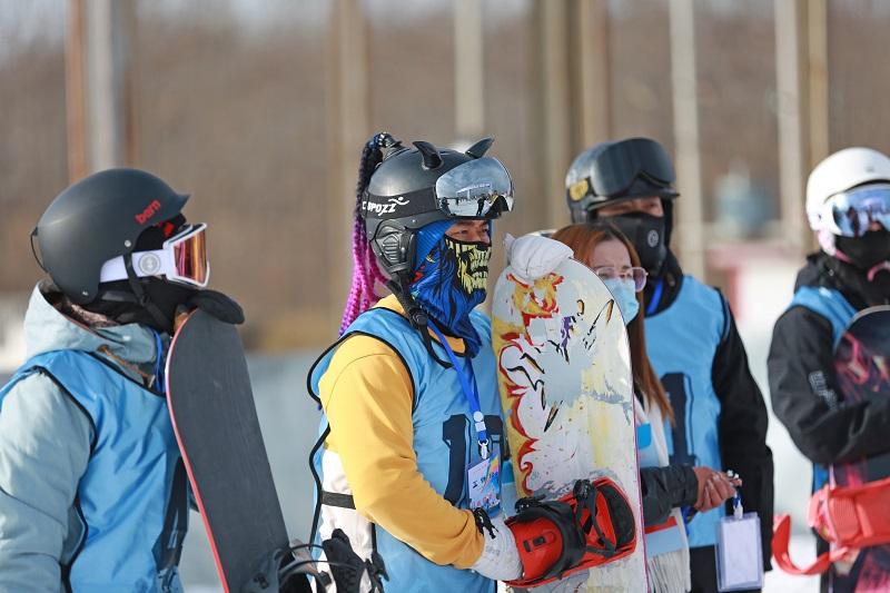 07——1月9日,参赛选手在滑雪比赛前等待上场。