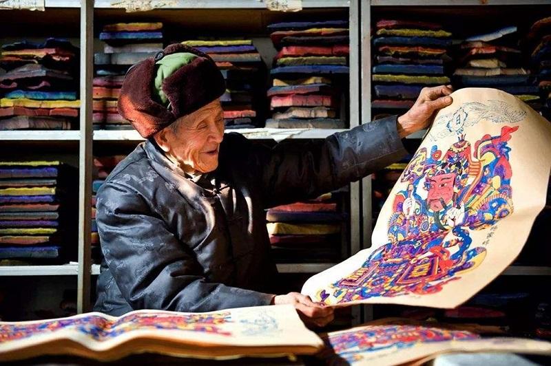 杨家埠木版年画的代表性传承人杨洛书在展示作品