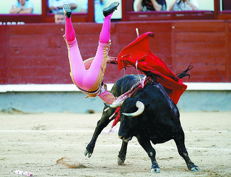 西班牙斗牛翻了