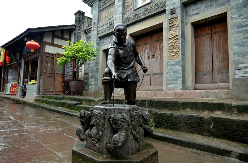 古城街頭在打水的男人(雕塑)