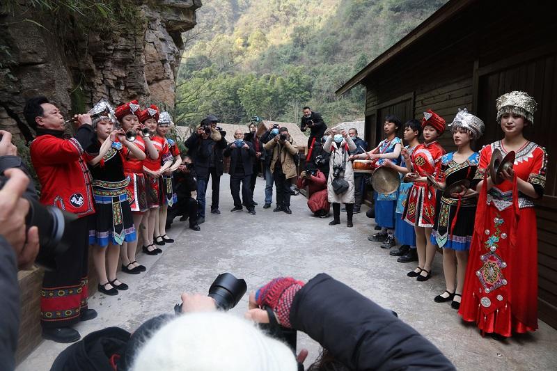 图7:神奇峡谷梦幻客栈乐队热情迎客   唐探峰摄