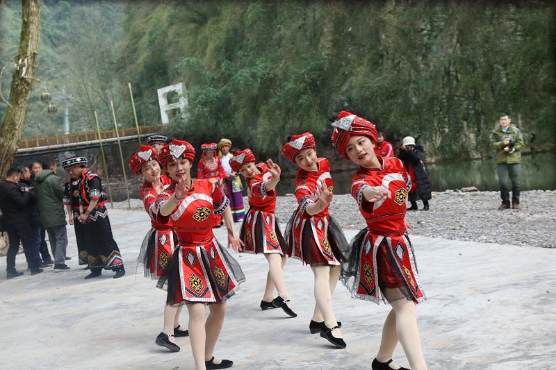 图15:土家族摆手舞跳得欢   唐探峰摄