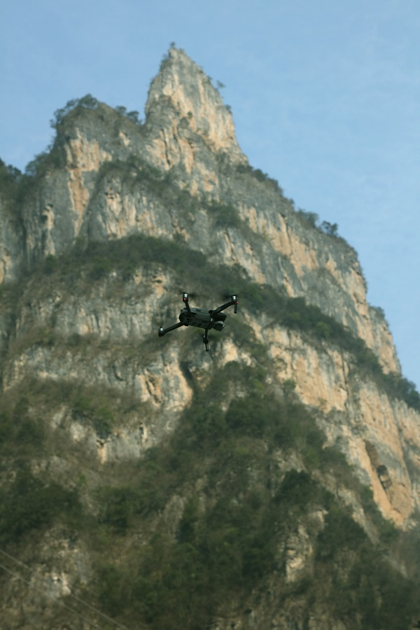 图16:无人机瞄准耸天净坛峰   唐探峰摄
