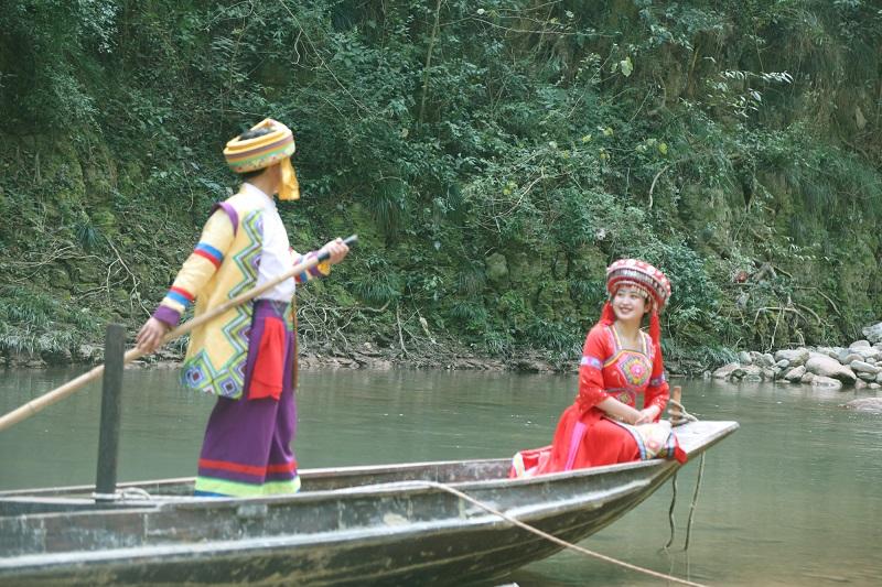 图17:妹坐船头哥撑篙一路悠悠水上漂   唐探峰摄
