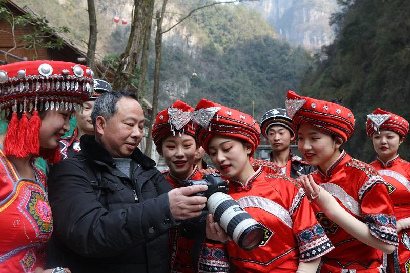 图20:美女围着摄影师乐赏镜中仙景   唐探峰摄