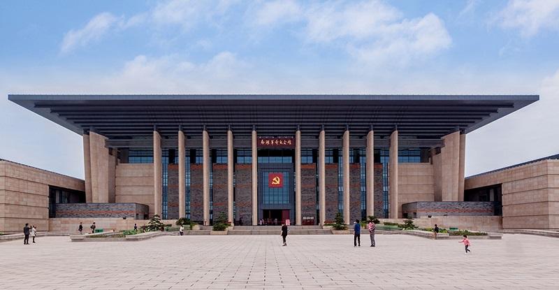 嘉兴南湖革命纪念馆前