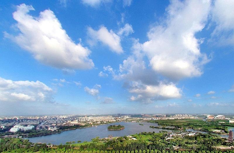 蓝天逝去下的嘉兴南湖景色