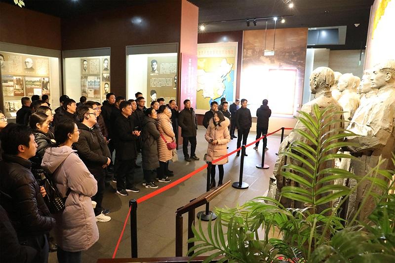游客在浙江省嘉兴市参观南湖革命纪念馆