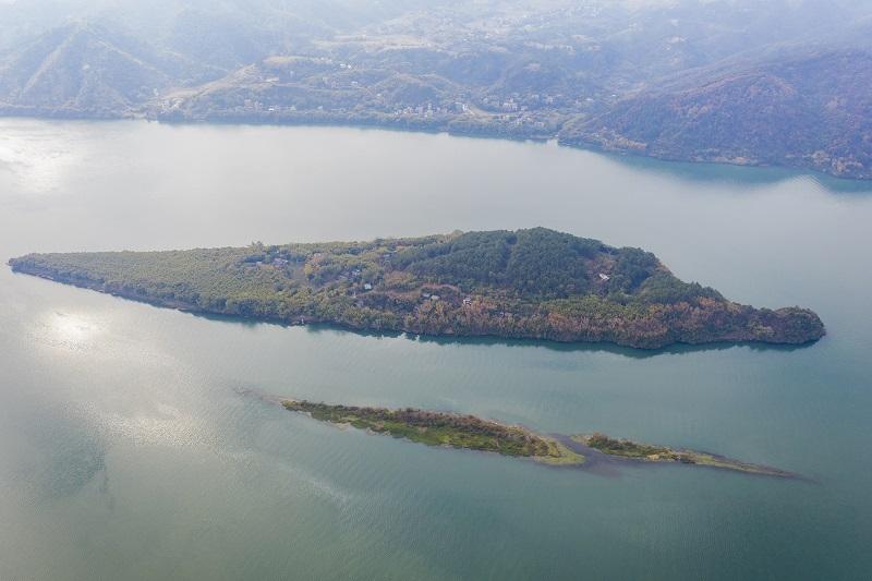 2、2021年1月30日,俯瞰广西藤县藤州镇登洲岛与浔江相融、山水相依的神奇大地,呈现出一番绝美景象。(何华文)