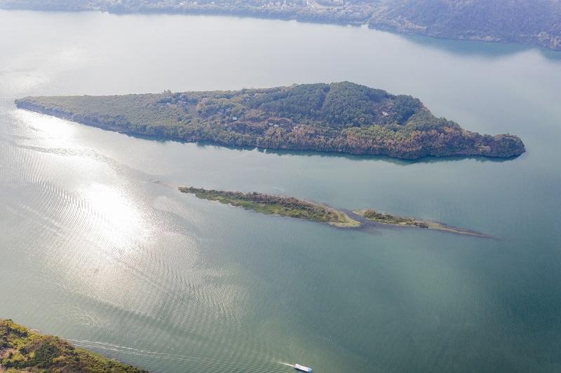 5、2021年1月30日,俯瞰广西藤县藤州镇登洲岛与浔江相融、山水相依的神奇大地,呈现出一番绝美景象。(何华文)