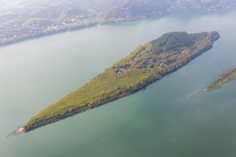 6、2021年1月30日,俯瞰广西藤县藤州镇登洲岛与浔江相融、山水相依的神奇大地,呈现出一番绝美景象。(何华文)