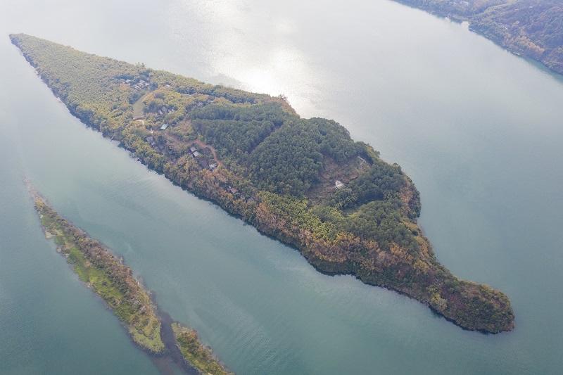7、2021年1月30日,俯瞰广西藤县藤州镇登洲岛与浔江相融、山水相依的神奇大地,呈现出一番绝美景象。(何华文)