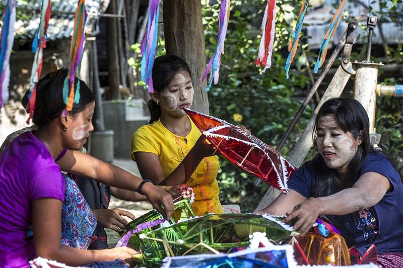缅甸姑娘们在迎接点灯节