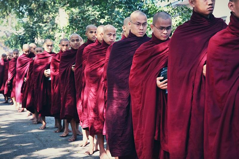 缅甸在等待布施的僧侣