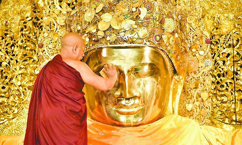在缅甸看大佛洗脸