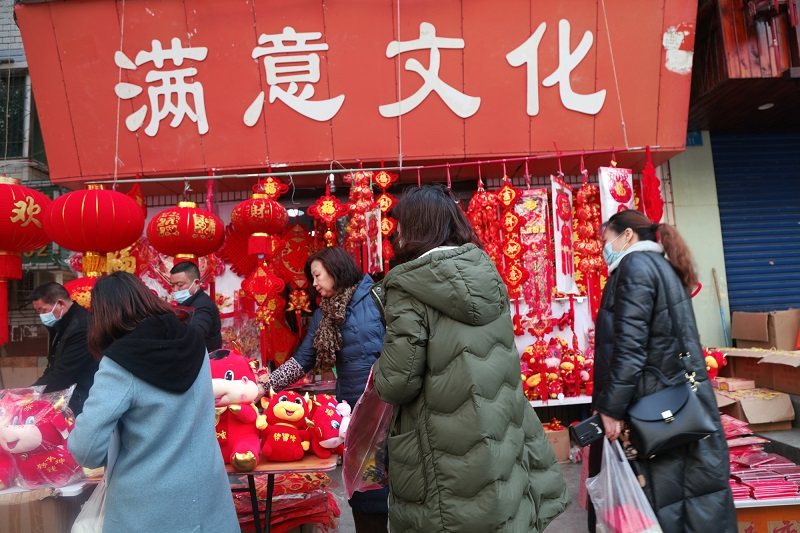 图5:神女之乡市民选购红年货   唐探峰摄