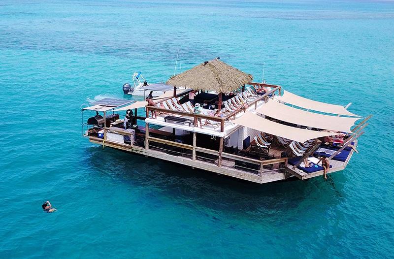 世界少有的斐济特色海上酒吧