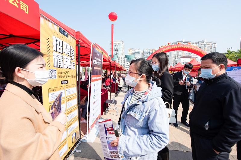 11、2021年2月20日,廣西梧州市2021年梧州市春風行動暨服務六大重點產業企業用工專場招聘會上,求職者根據自己的需求尋找適合自己的工作崗位。