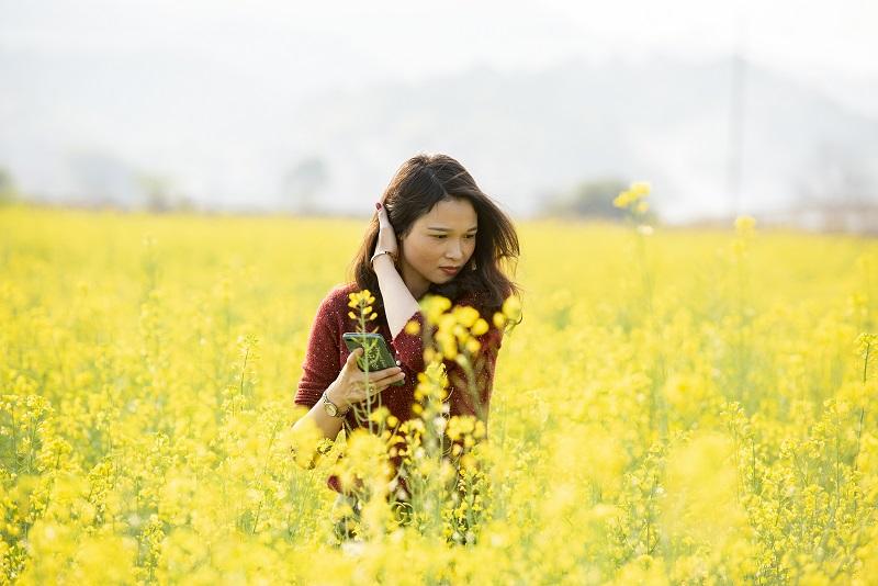 2、2月20日,游客在广西梧州市万秀区夏郢镇思良江油菜基地踏春赏花留影,享受美好春意。(何华文)