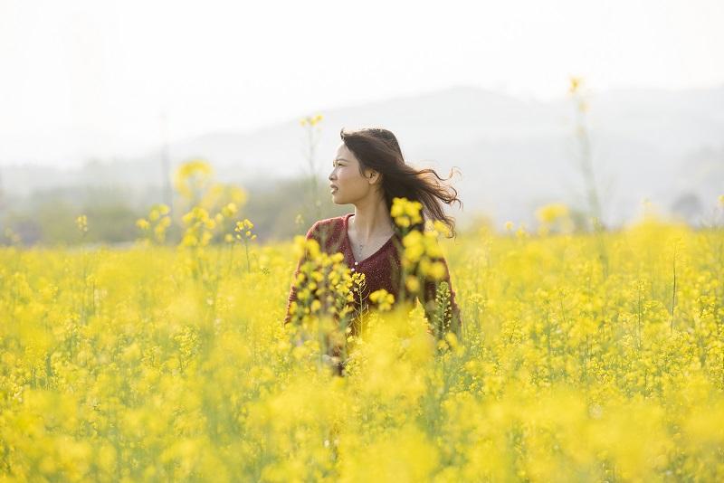 3、2月20日,游客在广西梧州市万秀区夏郢镇思良江油菜基地踏春赏花留影,享受美好春意。(何华文)