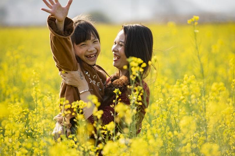6、2月20日,游客在广西梧州市万秀区夏郢镇思良江油菜基地踏春赏花留影,享受美好春意。(何华文)