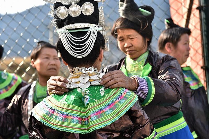 2月13日,贵州省黔东南苗族侗族自治州从江县加勉乡白棒村举行一年一度春节民俗活动,苗族姑娘在芦笙塘踩歌堂9。