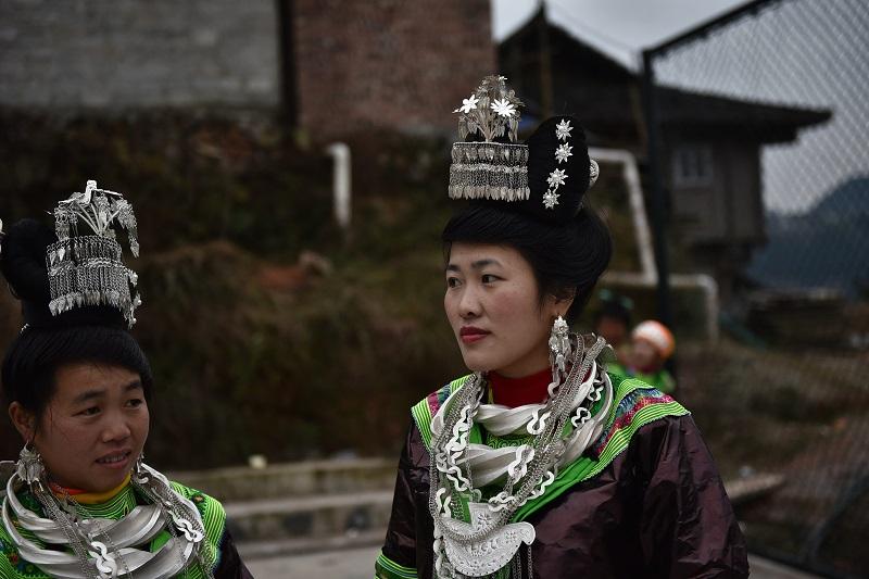 2月13日,贵州省黔东南苗族侗族自治州从江县加勉乡白棒村举行一年一度春节民俗活动,苗族姑娘在芦笙塘观看芦笙舞。