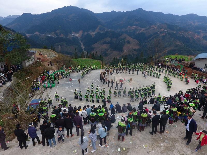 2月13日,苗族同胞在贵州省黔东南苗族侗族自治州从江县加勉乡白棒村举行一年一度春节踩歌堂民俗活动现场。