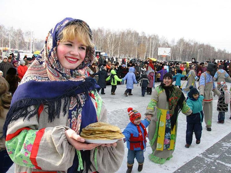 俄罗斯姑娘手拿薄饼