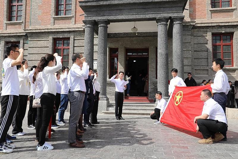 北京大学红楼前的年轻人