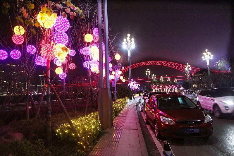 圖4:重慶春節長江紅橋飛渡,江岸燈飾絢麗放異彩,綴成美畫。唐探峰攝