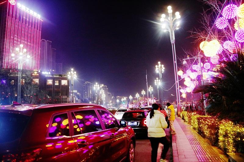 圖5:重慶市區江岸彩燈高懸,街道車水馬龍。唐探峰攝