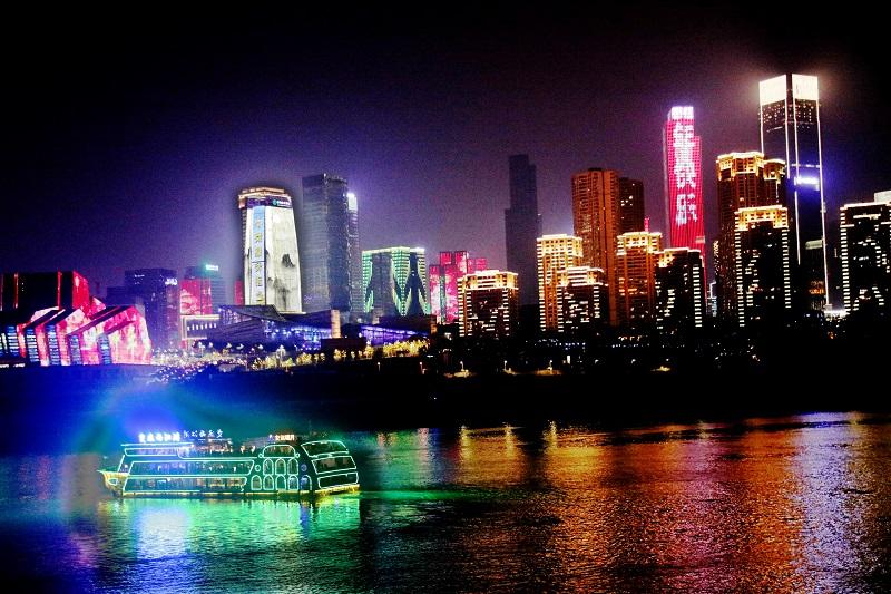圖6:重慶江岸聳彩,游輪載客碧江漫游賞景。唐探峰攝