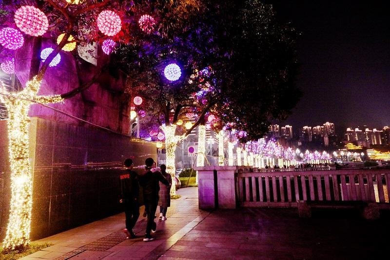 圖7:重慶江岸街道華燈放異彩,游客樂游賞景。唐探峰攝