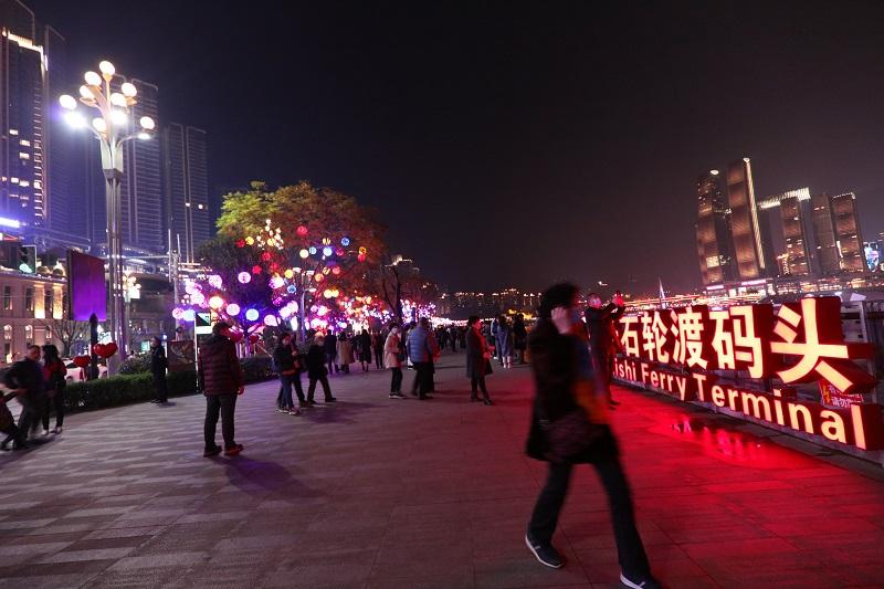 圖9:重慶南岸區彈子石輪渡碼頭夜景輝煌誘游客。唐探峰攝