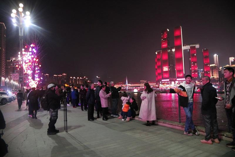 圖10:重慶市區夜景醉人,游客市民觀景拍照。唐探峰攝
