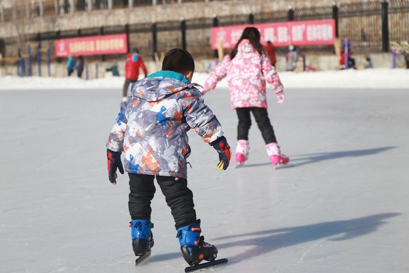 两名正在滑冰的儿童