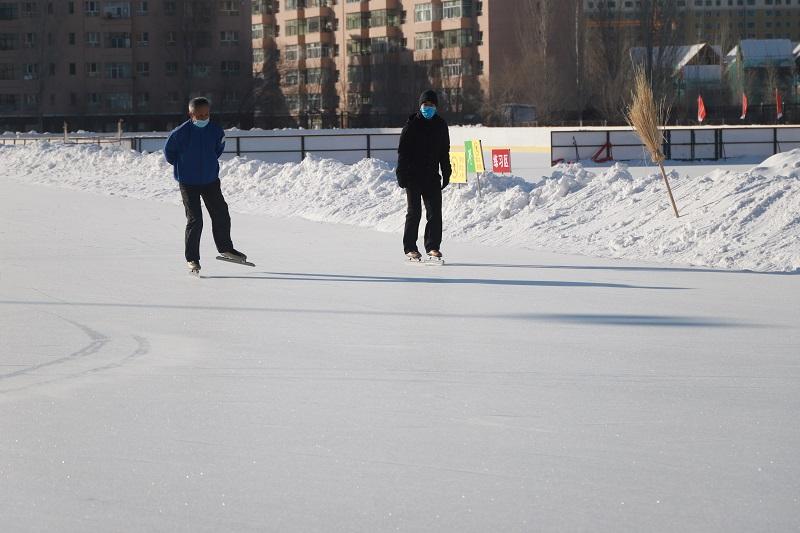 两名正在滑冰的老者